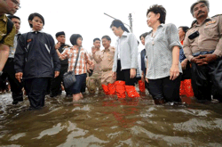 pm yingluck thailand flood 2013